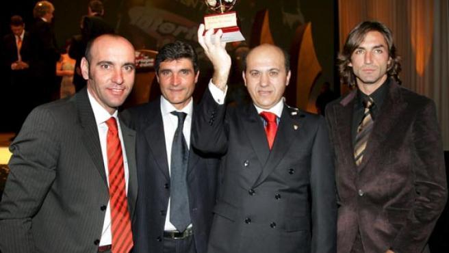 Los miembros del Sevilla, de izquierda a derecha, Monchi, Juande Ramos (entrenador), Jose María Del Nido (presidente) y Javi Navarro sostienen el premio. (Efe)