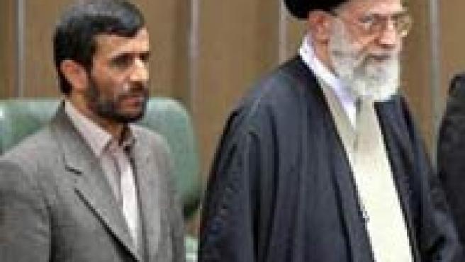 Ahmadineyad y Ali Jamenei. (ARCHIVO)
