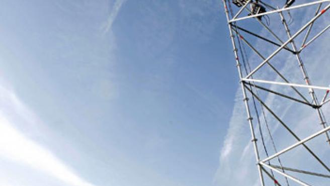 Un operario trabaja en una de las torres que iluminarán la presentación del MP4-22 de Fernando Alonso. (Efe)