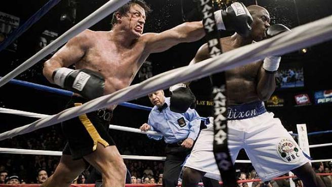 """Rocky lanza un puñetazo a Mason """"The Line"""" Dixon durante su combate. (Fox)"""