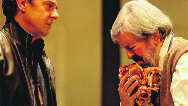 Pere Ponce (izda) y Juan José Otegui protagonizan 'Visitando al Sr. Green'. (Toni Albir / Efe)