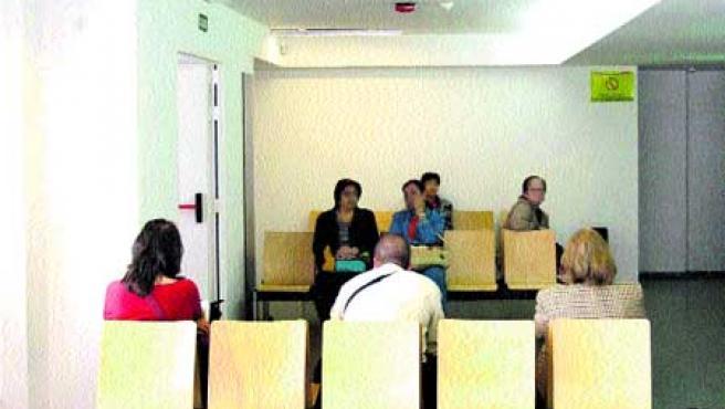 Varios pacientes en la sala de espera del ambulatorio de Monte Alto. (Moncho Fuentes)