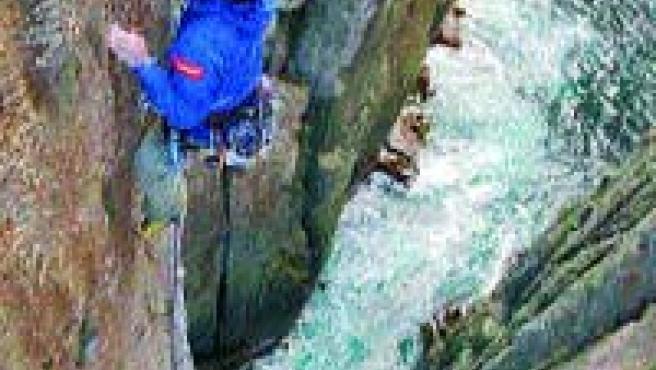 Eneko escala el Totem Pole; Iker espera abajo.(J. Baraizarra)