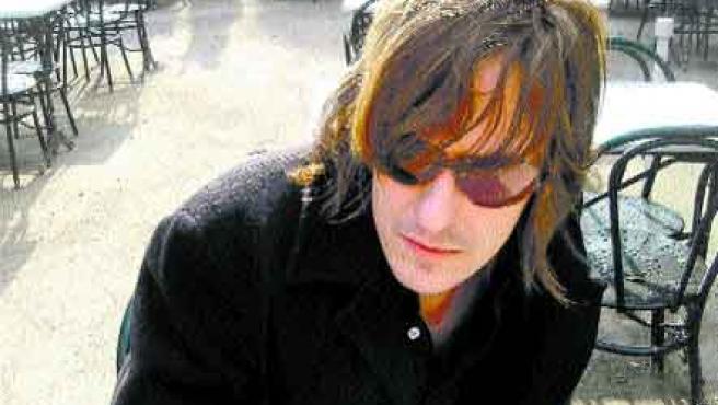 El cantautor asturiano regresa a Granada en el ecuador de su gira acústica de invierno.