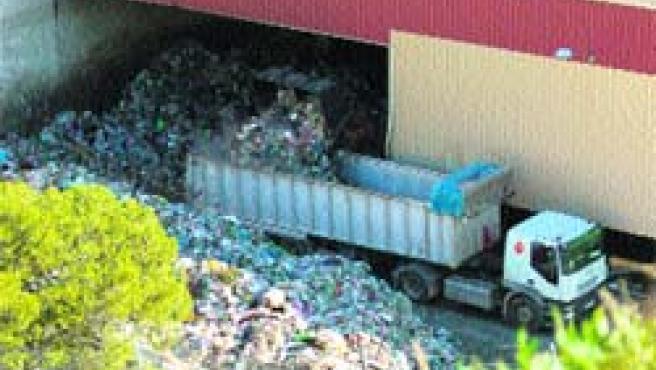 Cargan la basura en la planta de Ulea para llevarla al vertedero de Cañada Hermosa.