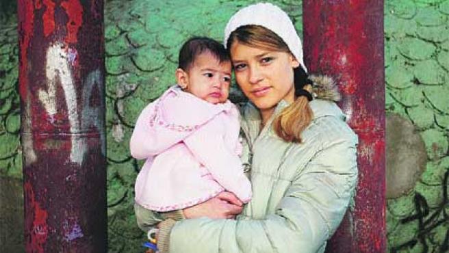 Melania Folhas Ortiz, ayer, con su pequeña hija Nataly en brazos(Sergio González).