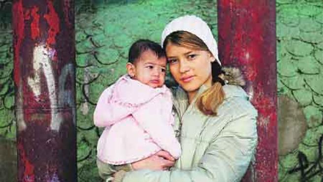 Melania Folhas Ortiz con su hija Nataly, ayer. (Sergio González).