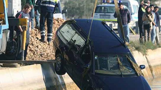 Una grúa saca del canal el coche del publicista encontrado muerto en Deltebre. (Jaume Sellart/Efe)