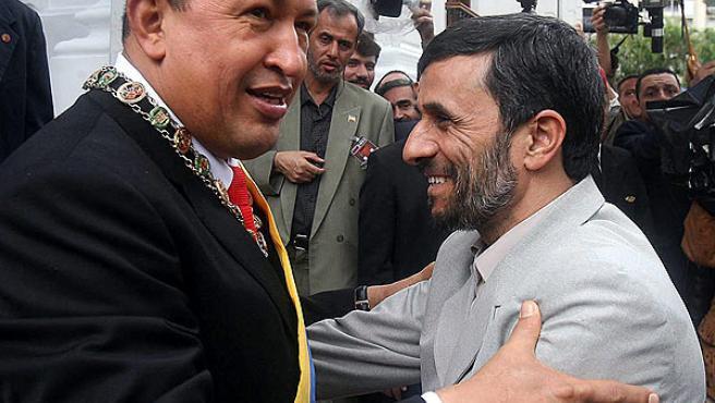 El presidente venezolano, Hugo Chávez abraza a su homólogo de la iraní, Mahmud Ahmadineyad, ayer en Caracas.