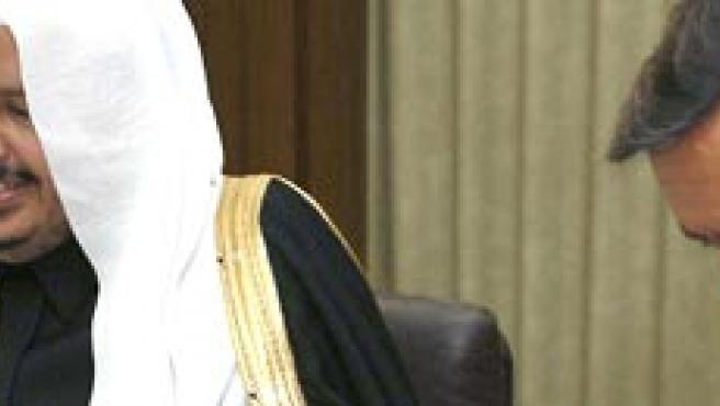 Aguilar firma un convenio junto a Abdullah bin Muhammad bin Ibrahim Al-Sheikh, ayer en Riad (Sergio Barrenechea / Efe)
