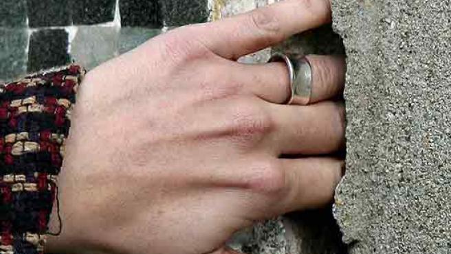 Una mano dentro de las grietas que han aparecido en el centro de El Prat. (Andreu Dalmau/Efe)