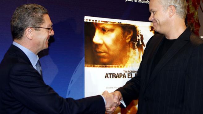 El alcalde de Madrid, Alberto Ruiz-Gallardón (i), saluda al actor norteamericano Tim Robbins (d). (José Huesca / Efe)