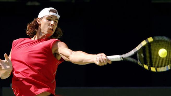 Nadal golpea la bola durante una sesión de entrenamiento en Melburne. (Reuters)