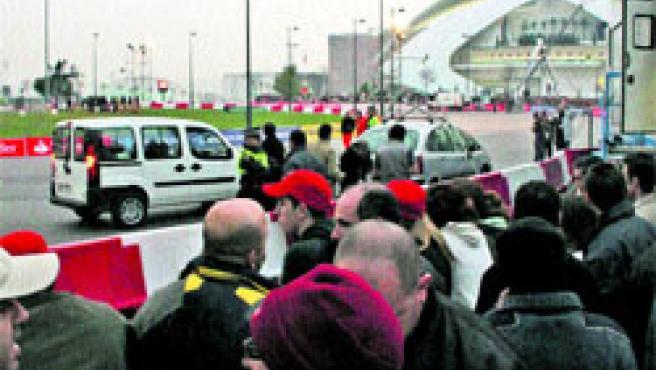 Los valencianos cogieron sitio en las barreras horas antes de la presentación del McLaren de Alonso en la ciudad.