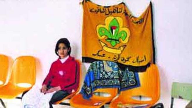 Una chica palestina, de 12 años, espera en un centro social Hewara de Nablús para poder ensayar. Pertenece al Pequeño Circo y quiere ser acróbata. (Javier Rada).