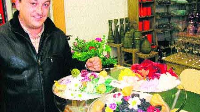 Un vendedor muestra las flores comestibles de Mercamurcia.