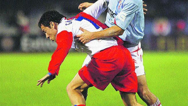 Nené presiona al jugador del Atlético Galleti.(Manuel Corujo / EFE)