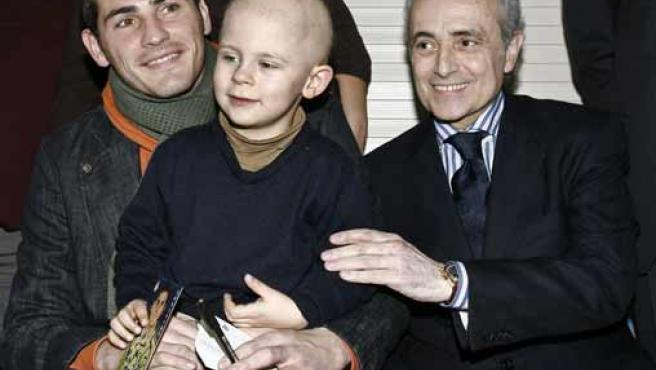 Iker Casillas y Josep Carreras con un paciente. (EFE)