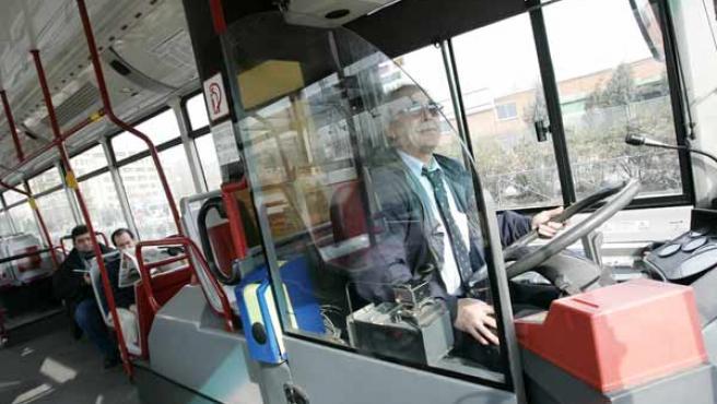 Una mampara protege al conductor en la línea 130. (JORGE PARÍS)