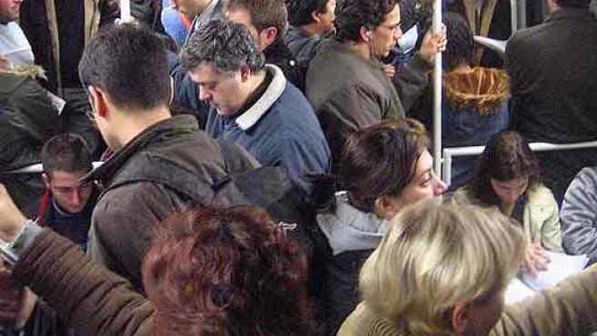 Aglomeracions ahir al matí en un vagó a l'alçada de Sant Andreu. (Eros Albarrán)