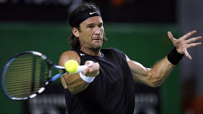 Carlos Moyà devuelve una pelota. (Reuters)