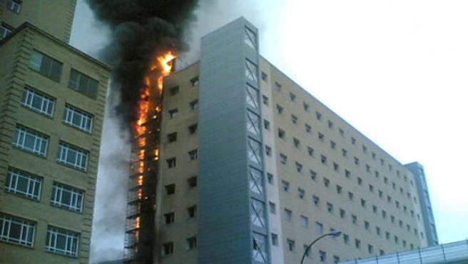Incendio en unas obras de ampliación del Hospital Miguel Servet de Zaragoza, que no ha causado heridos ni ha afectado a las plantas de enfermos.