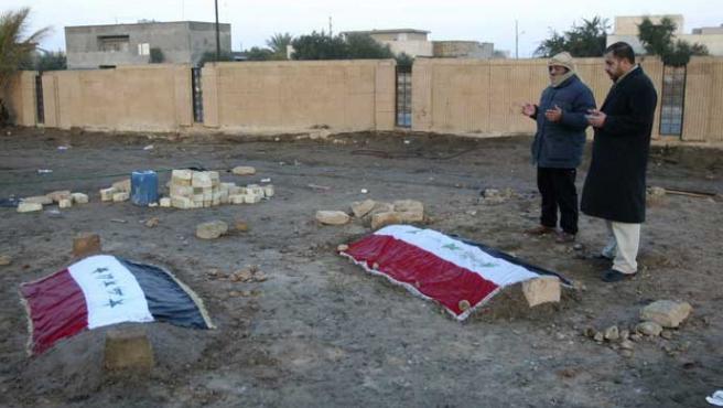 Los cadáveres de los dos colaboradores de Sadam ya están enterrados (Nuhad Hussin / Reuters)
