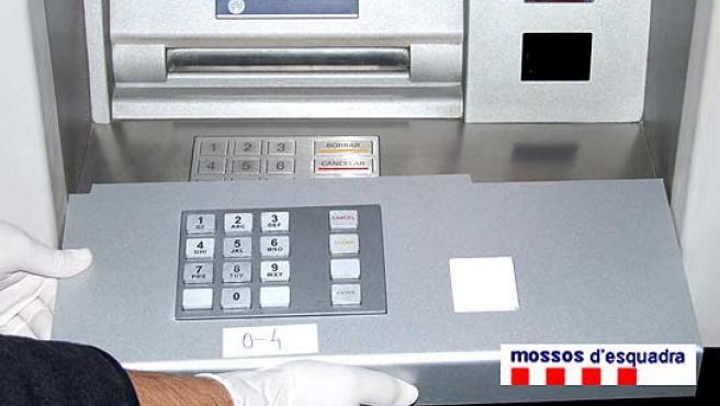 Los delincuentes llevaban una réplica del teclado del cajero automático.