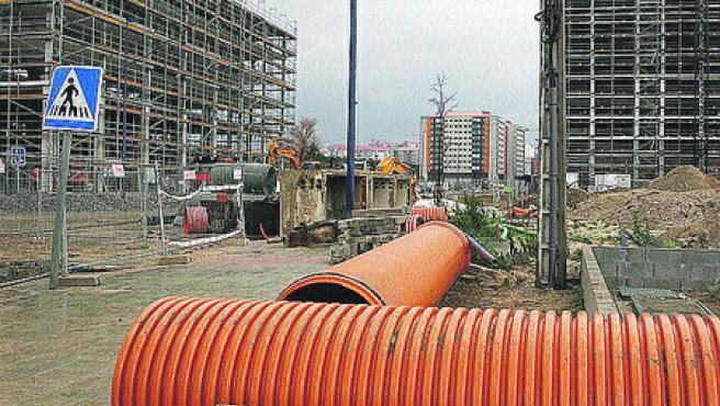Reforma parada. En Navia hubo que reponer todo el saneamiento nuevo después de que las constructoras llenaran las tuberías de cemento. Las reparaciones empezaron, pero ahora están paradas. (M. Vila.)