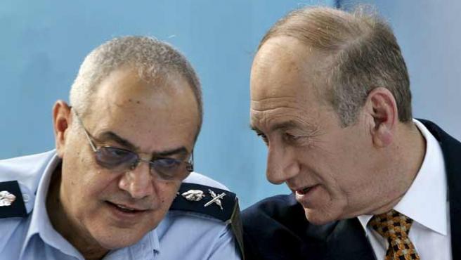 El jefe del Estado Mayor del Ejército israelí, Dan Halutz, junto a Ehud Olmert. (REUTERS)