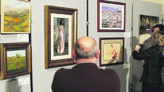 En el recuerdo, de Revello de Toro, en el centro de la imagen, observada por un asistente a la muestra. (Fmaec)