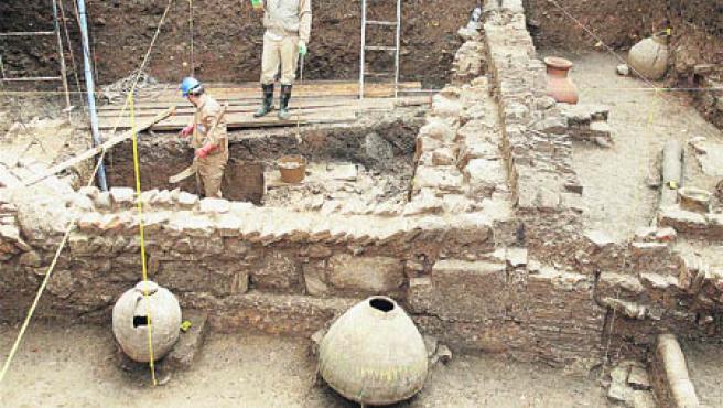 Las tinajas almohades aparecidas en la excavación están muy bien conservadas. (Aníbal González)