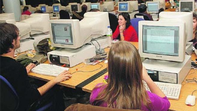 La llegada de los exámenes de febrero y la gran afluencia de estudiantes han obligado a ampliar su horario.(R. Molina)