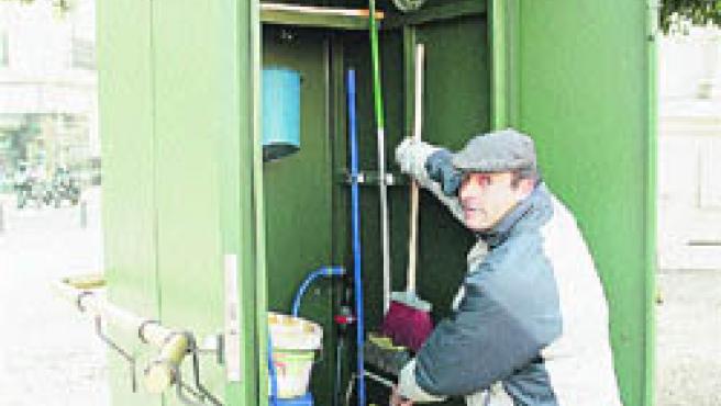 Un cochero enseña el lugar donde guardan los útiles de limpieza. (A. G.)