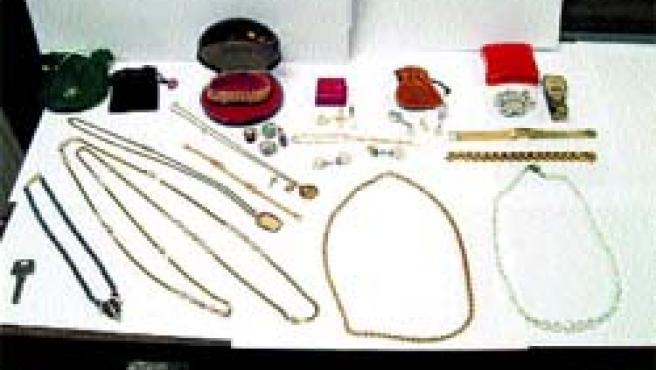 Todas estas joyas son las que encontró ayer una mujer en la bolsa de un súper en el Benacantil.