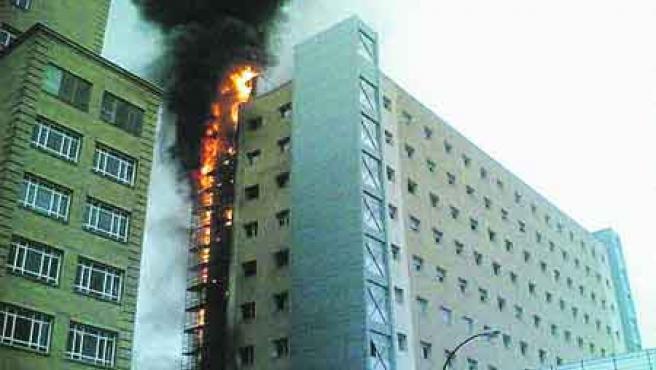 El fuego afectó a una zona de ampliación del centro. (Efe).