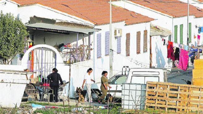Aspecto de las casas prefabricadas de Los Asperones, ayer, en las que viven centenares de familias. (M. Mesa)