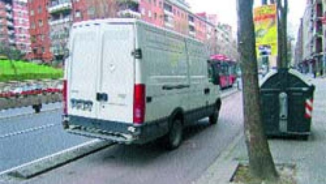 El bidegorri de Lehendakari Agirre está diariamente obstaculizado por las furgonetas de reparto y los conductores sin reparos.(U.E.)