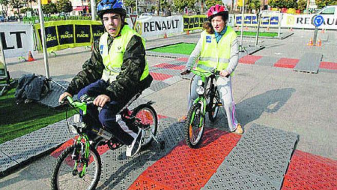 Unos 1.100 niños de 19 colegios de Córdoba aprenderán mañana y el viernes a regular el tráfico y a emitir multas.