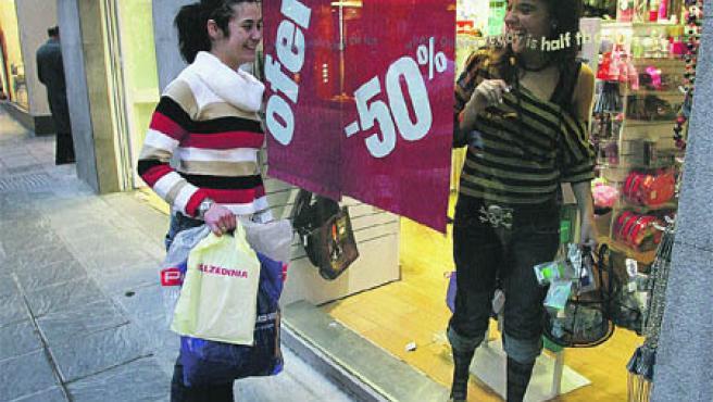 Las rebajas marchan a buen ritmo: Lo dice la asociación Centro Comercial Abierto y también la Federación Provincial de Comercio. Los carteles de descuentos, como el de la imagen, abarrotan los escaparates de las tiendas de la ciudad, que este año prevén recaudar más de 73 millones de euros. (Torres)