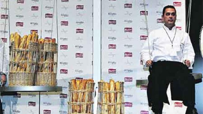 Antonio González ganó su peso, 80 kilos, en pan. En la imagen, el momento en el que es pesado.(Efe).