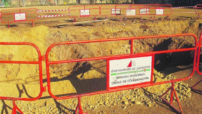 El campo de El Carmen está inutilizado por el socavón de las obras de reparación de una tubería.