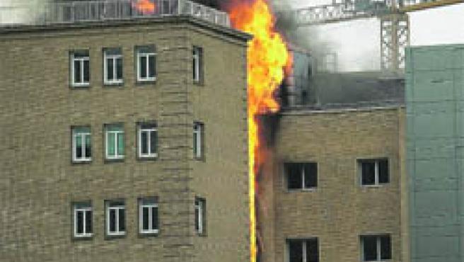 Aparatoso: El fuego se propagó por el hueco exterior del ascensor del edificio. (Ricardo Aysa)