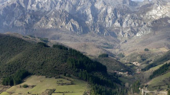 Vista del macizo oriental de los Picos de Europa, donde destaca la ausencia de nieve. (Esteban Cobo / Efe)