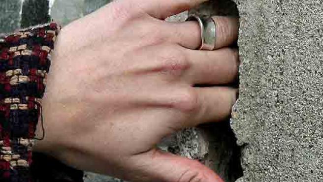 Algunas grietas son tan grandes que permiten introducir la mano. (Andreu Dalmau/Efe)