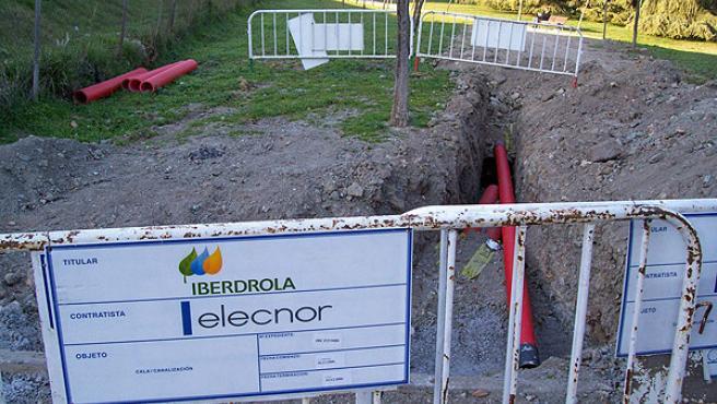 El lector José Luis Rodríguez denuncia la cercanía de los cables a las viviendas.