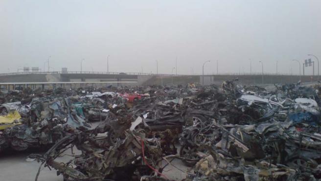 Dos aparcamientos de Barajas mostraban hace unos días coches totalmente inservibles, alineados uno detrás de otro (DAVID DE FRANCISCO)