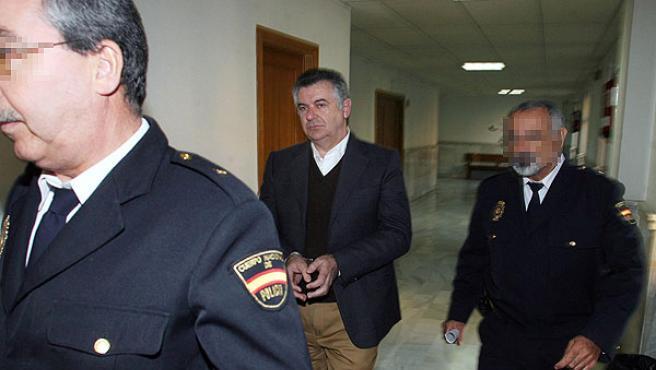 El ex asesor de Urbanismo del Ayuntamiento de Marbella, Juan Antonio Roca (en el centro), trasladado a la Audiencia Provincial de Málaga.