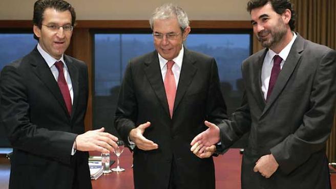 Emilio Pérez Touriño, junto al portavoz del BNG, Anxo Quintana, y el presidente del PP de Galicia, al comienzo de la reunión (EFE)