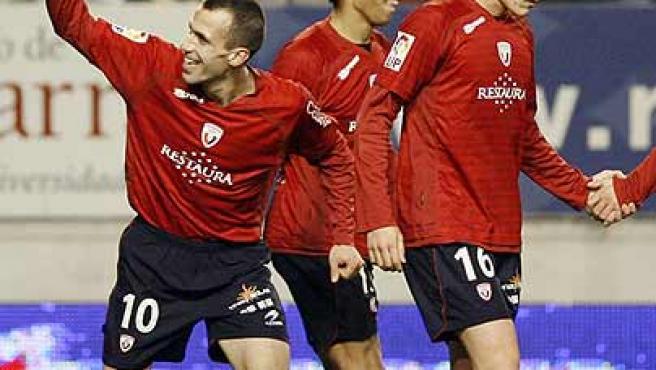 Patxi Puñal (i) celebra el gol de Osasuna junto a Valdo (c) y David López. (Efe)